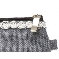 Sminkväska / sminkfordral i mjukt härligt material. Silver Cosmetic Clutch